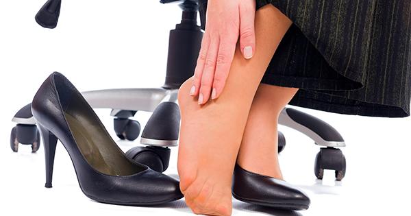 piedi di donna in ufficio durante il lavoro